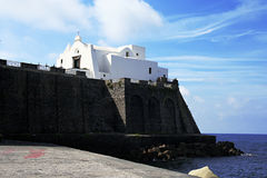 Église de Santa Maria del Soccorso sous la mer, Forio, ischions Photographie stock libre de droits