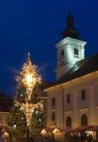 Église de Sibiu de centre de place d'arbre de Chrismas Photos libres de droits