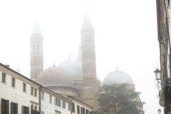 Église de St Antonio dans la ville de Padoue, Italie Brouillard lourd dans la ville de Padoue Padoue Vue de côté de la basilique  photo libre de droits