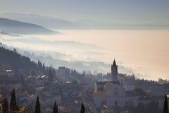 Église de St Clare à Assisi avec le brouillard Photo libre de droits
