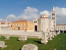 Église de St Donat avec les blocs antiques de pierre devant elle Images stock