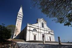 Église de St.Eufemia et les arbres Photographie stock libre de droits
