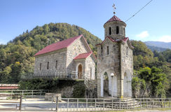 Église de St George dans le village de Zvara sur la rivière d'Adzharis-Tskali à Adjarie montagneuse photographie stock