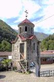 Église de St George dans le village de Zvara sur la rivière d'Adzharis-Tskali à Adjarie montagneuse photos libres de droits