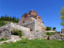 Église de St John chez Kaneo contre le ciel bleu vif, Ohrid, Macédoine Photo stock