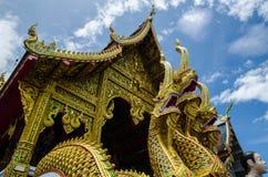 Église de temple avec le stutue de naga en Thaïlande Image libre de droits