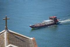 Église de toit de vue et rivière de Douro, avec la navigation récréationnelle de bateaux, pour des visites touristiques images libres de droits