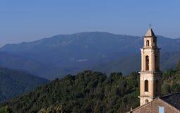 Église de tour de Bell en montagne de la Corse Photographie stock libre de droits
