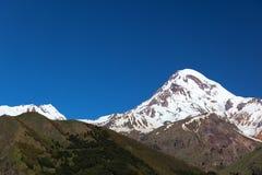 Église de trinité de Gergeti et support Kazbek. La Géorgie. Image stock
