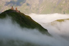 Église de trinité sainte en brouillard de matin, la Géorgie photos libres de droits