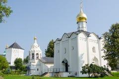 Église de vendredi et tour de cloche se tenant à côté de Sergiev Posad Photos libres de droits