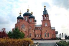 Église des briques rouges contre le ciel Photographie stock