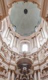 Église dominicaine antique à Lviv, Ukraine L'intérieur luxueux de l'église antique images stock