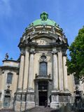 Église dominicaine, un prêtre et un mendiant Image stock