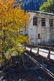 Église du 19ème siècle de l'hypothèse, de la rivière et de l'arbre d'automne dans la ville de Shiroka Laka, Bulgarie Images stock
