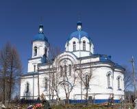 Église du festin de la croix, du 19ème siècle, et des restes du cimetière jeté Le village Opolye, 100 kilomètres de St Peter Photos libres de droits