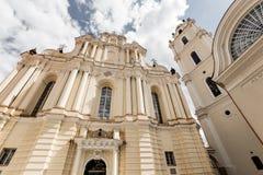 Église du ` s de St John à Vilnius Église de Hall et tour de cloche Photos stock