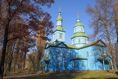 Église en bois bleue orthodoxe en parc d'automne dans Pereyaslav Khm image stock