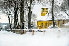 Église en bois dans la campagne lithuanienne Image libre de droits