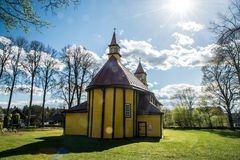 Église en bois dans le village de Silenai, Lithuanie Images stock