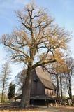 Église en bois pendant l'automne Lipnica Images stock