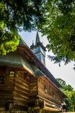 Église en bois traditionnelle dans la région de Maramures, Roumanie Photos stock
