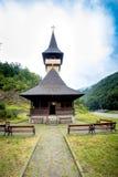 Église en bois traditionnelle dans les montagnes contre un ciel nuageux Photos libres de droits