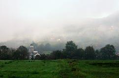 Église en brume près de Bajina Basta, Serbie Images libres de droits