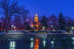 Église en parc la nuit photo stock