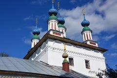 Église en pierre blanche de la Russie photographie stock