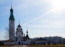 Église en pierre blanche un jour ensoleillé contre le ciel bleu et la soleil-image photos libres de droits