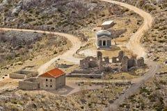 Église en pierre de rue Franjo sur la montagne de Velebit Images stock