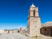 Église en pierre du village de Sajama La petite ville andine de Sajama, Bolivien Altiplano beau chiffre dimensionnel illustration image stock