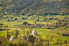 Église en pierre en nature de montagne de printemps Image libre de droits