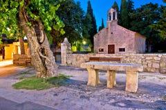 Église en pierre historique de village dalmatien de Sukosan photographie stock