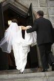 Église entrante de mariée photographie stock libre de droits