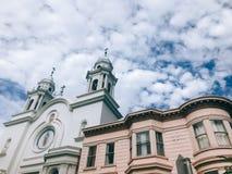 Église espagnole de style et bâtiment victorien avec le fond dramatique de ciel à San Francisco, la Californie, Etats-Unis photographie stock