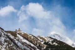 Église et bâti Kazbek de Gergetis Photographie stock libre de droits