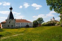 Église et bâtiments de monastère de Kirillo-Belozersky avec le champ vert Image libre de droits
