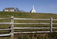 Église et cabane dans le pays Image stock