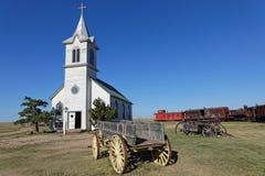 Église et chariots blancs dans une ville occidentale photographie stock libre de droits