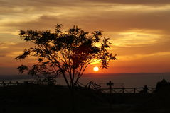Église et ciel de coucher du soleil de croix de noir photos libres de droits