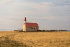 Église et cimetière dans la prairie à distance sur la péninsule de Snaefellsnes Images libres de droits