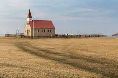 Église et cimetière dans la prairie à distance sur la péninsule de Snaefellsnes Photographie stock