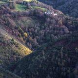 Église et cimetière entre les forêts Image libre de droits