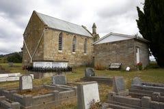 Église et cimetière le jour sombre images stock