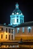 Église et clocher à la nuit Photos stock
