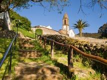 Église et escaliers dans un village espagnol Image stock