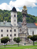 Église et fléau de peste dans Kremnica image stock