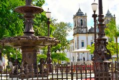 Église et fontaine images stock